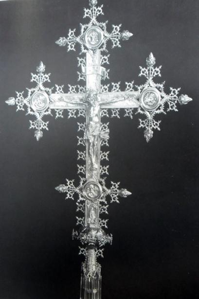 Dla porównania - krzyż relikwiarzowy z kościoła św. Kolumby w Kolonii, ok. 1400 (il. za - J. H. Fritz, Goldschmiedekunst der Gotik In Mitteleuropa, München 1982
